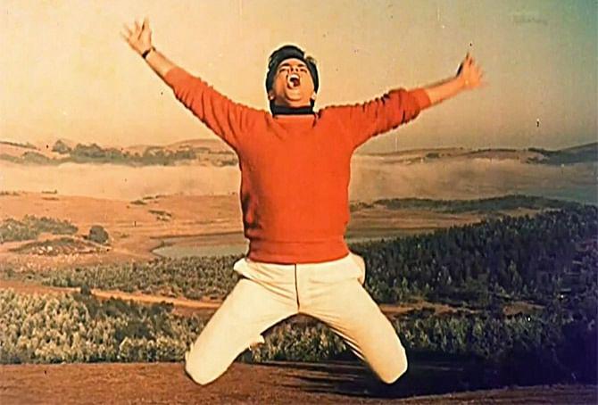 1967 में जितेंद्र की एक और सुपरहिट फिल्म 'फर्ज रिलीज हुई. इस फिल्म के बाद जितेन्द्र को 'जम्पिंग जैक' कहा जाने लगा.