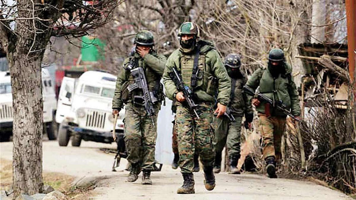 कश्मीर : कुलगाम में दो आतंकियों को सुरक्षाबलों ने किया ढेर, हथियार और गोला-बारूद बरामद