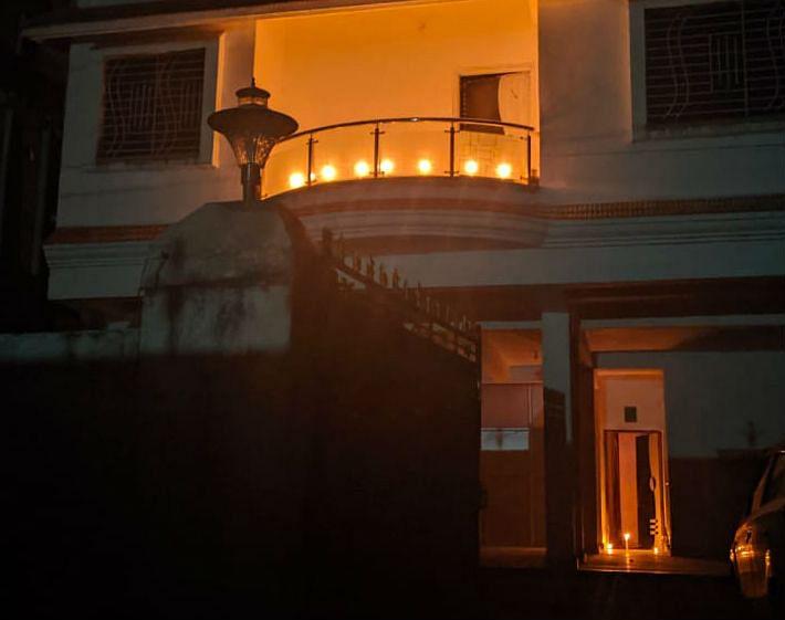 घर में इस तरह दीये जला कर पीएम मोदी की अपील का किया गया समर्थन