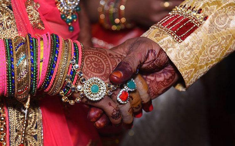 विडंबना : शादी के एक दिन पहले बड़ी बेटी भागी तो छोटी बेटी से करा दिया विवाह