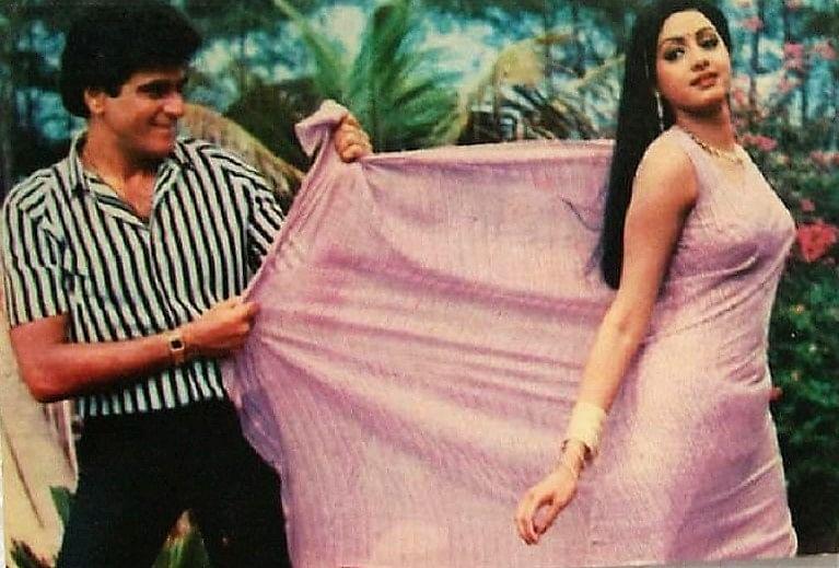 इसके बाद शोभा का धैर्य जबाव दे गया और दोनों के बीच काफी तनाव बढ़ गया. इस तनाव को दूर करने को लेकर जब जितेंद्र ने श्रीदेवी को अपने घर बुलाकर अपनी पत्नी से मिलवाया, तो शोभा ने उनकी ऐसी खातिरदारी की जिसे श्रीदेवी सालों बाद भी नहीं भुला पाई और यही मुलाकात जितेन्द्र और श्रीदेवी के रिश्ते में खटास की वजह बन गई.