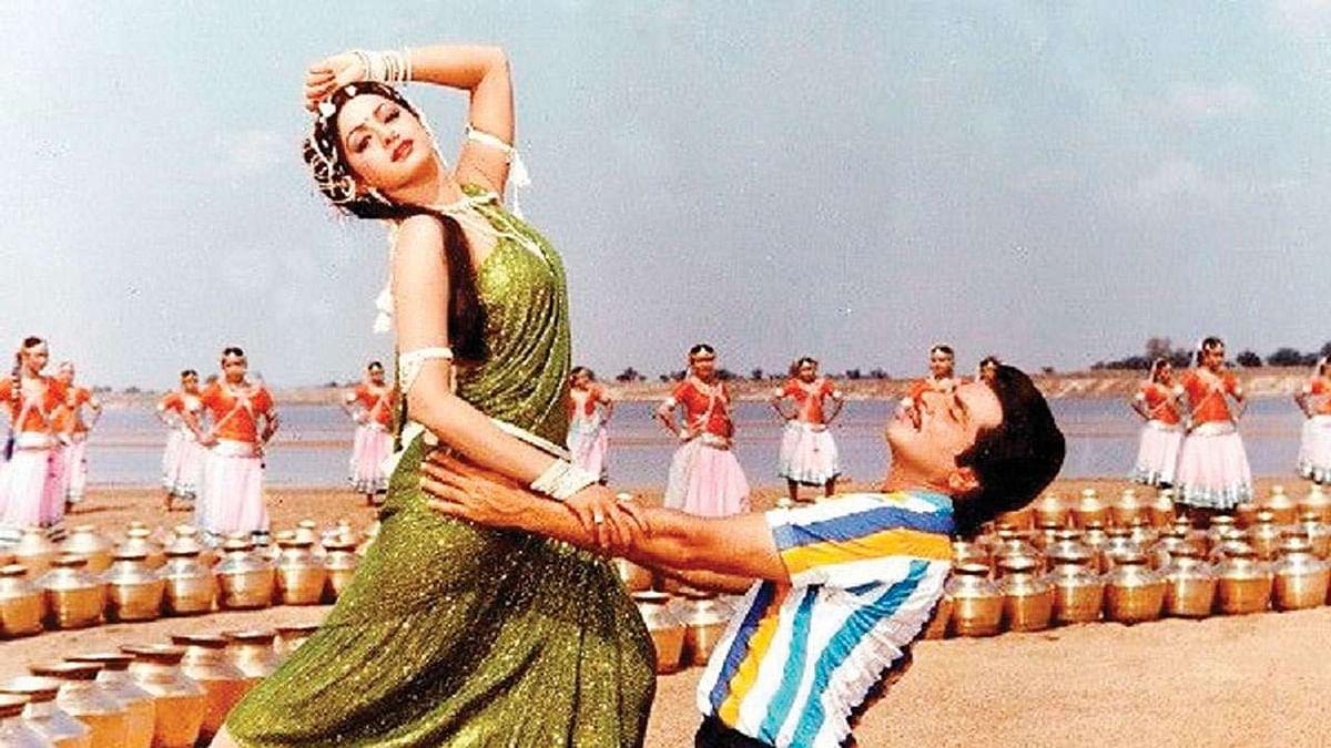 साल 1983 में रिलीज हुई फिल्म 'हिम्मतवाला' से ही श्रीदेवी को हिंदी फिल्मों में पहचान मिली थी. कहा जाता है कि इस फिल्म के निर्देशक के.राघवेंद्र राव से जीतेंद्र ने ही श्रीदेवी को फिल्म में कास्ट करने की बात कही थी. वहीं दूसरी तरफ श्रीदेवी बॉलीवुड में आने से पहले से ही जितेंद्र की बड़ी फैन थीं.