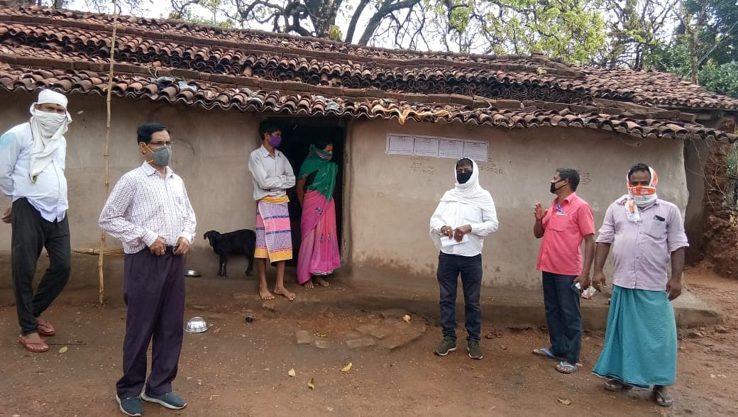 Jharkhand Lockdown : कोरोना संक्रमित कह कर प्रताड़ित मामले में मुख्यमंत्री ने दिये जांच के आदेश, गोला के मुरुडीह गांव पहुंचे अधिकारी