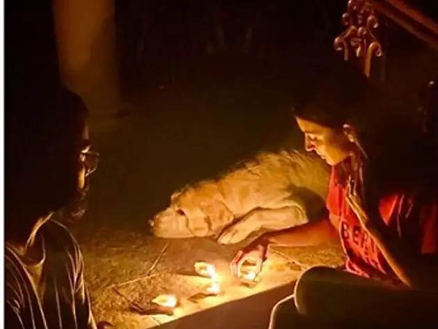विराट कोहली और अनुष्का शर्मा दीप जलाते हुए.