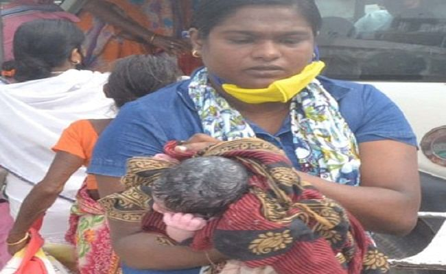अस्पताल जाने के क्रम में महिला ने सड़क किनारे दिया शिशु को जन्म, बच्चे का नाम रखा गया 'लॉकडाउन'