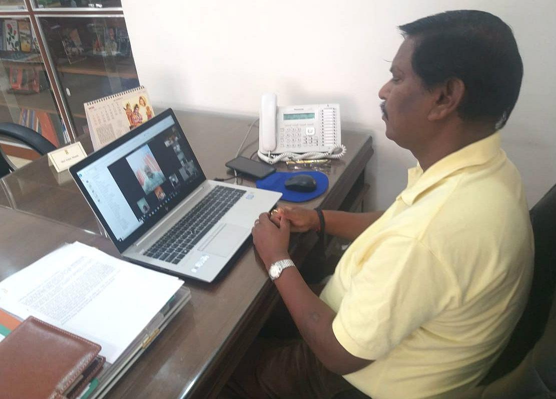 केंद्रीय मंत्री अर्जुन मुंडा ने लिया खूंटी लोस क्षेत्र का जायजा, वीडियो कॉन्फ्रेंसिंग में नेताओं से की बात