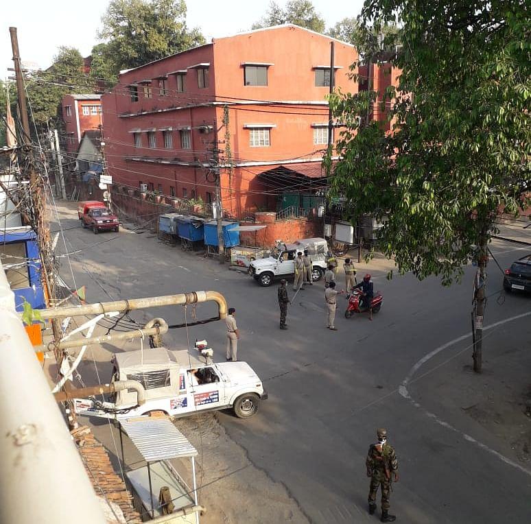 डोरंडा में सघन चेकिंग अभियान चला रही है पुलिस.