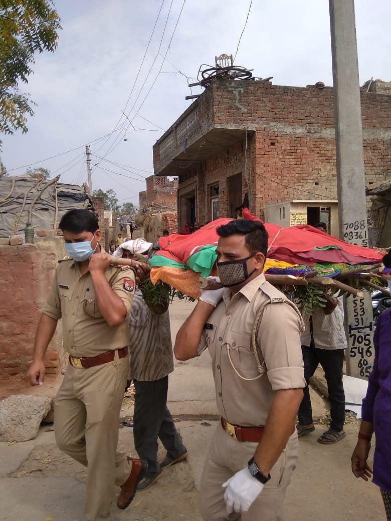 UP : पुलिस के जवानों के पेश की मिसाल, अनाथ महिला की मौत के बाद बेटों की तरह किया अंतिम संस्कार