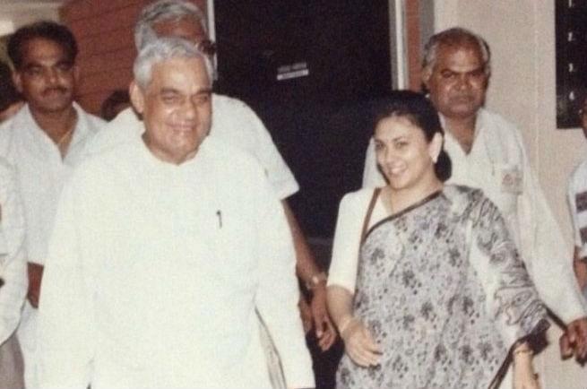 'Ramayan' की 'सीता' दीपिका चिखलिया ने ताजा की पुरानी यादें, शेयर की अटल बिहारी वाजपेयी संग तस्वीर