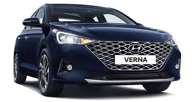 Hyundai India ने इंडियन ऑटो मार्केट में नयी Hyundai Verna BS6 को लॉन्च किया है. कीमत के मामले में Hyundai Verna BS6 की शुरुआती एक्स शोरूम कीमत 9,30,500 रुपये है. नयी हुंडई वरना में इंजन के 3 विकल्प दिये गए हैं.