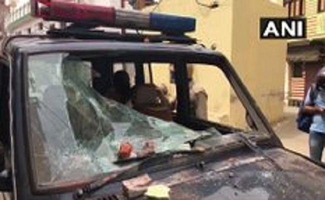 UP News : मुरादाबाद में कोरोना से मरे युवक के भाई को क्वारेंटाइन कराने पहुंची टीम पर हमला, पथराव देखकर भाग खड़े हुए पुलिसकर्मी
