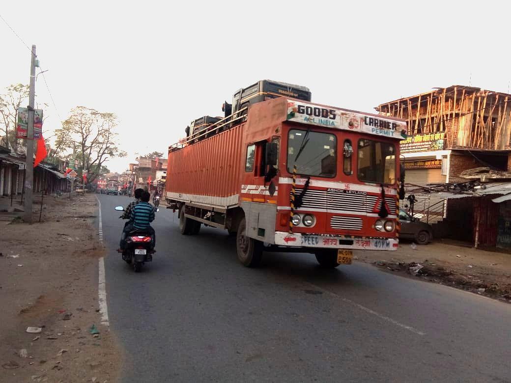 गढ़वा जिला के रंका से होकर गुजरता ट्रक.