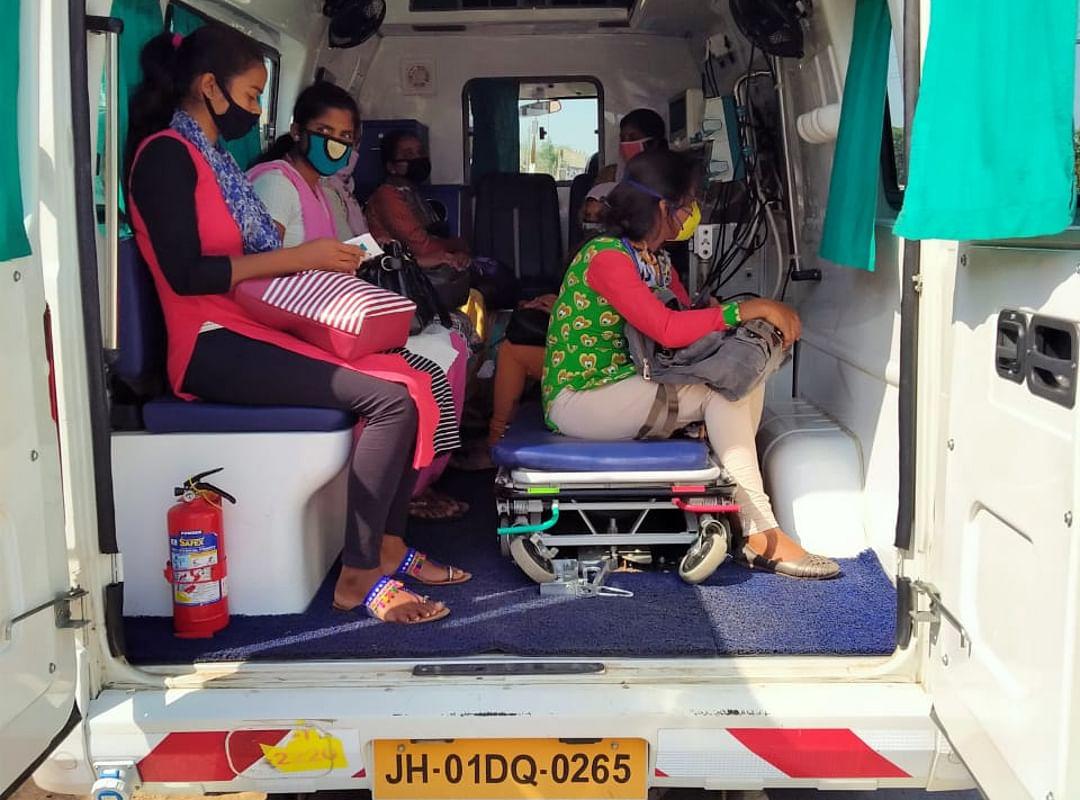 एक निजी अस्पताल के एंबुलेंस में महिला मजदूर.