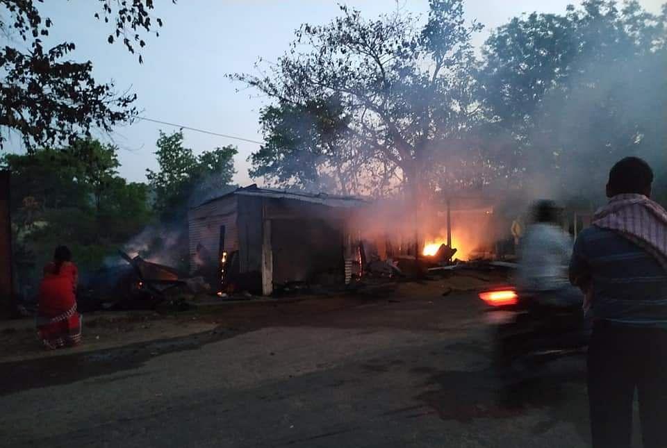 ललपनिया में चार दुकानें जलकर राख, लाखों का नुकसान