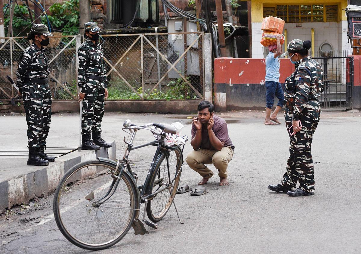 लॉकडाउन तोड़नेवालों को दंडित करती पुलिस