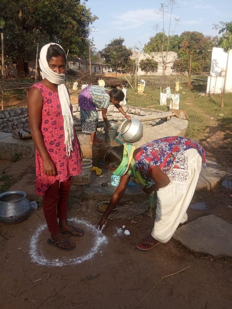 झारखंड के लोहरदगा में भी लोग इस संक्रामक बीमारी के बारे में जागरूक हैं और सोशल डिस्टेंसिंग का अच्छे से पालन कर रहे हैं.