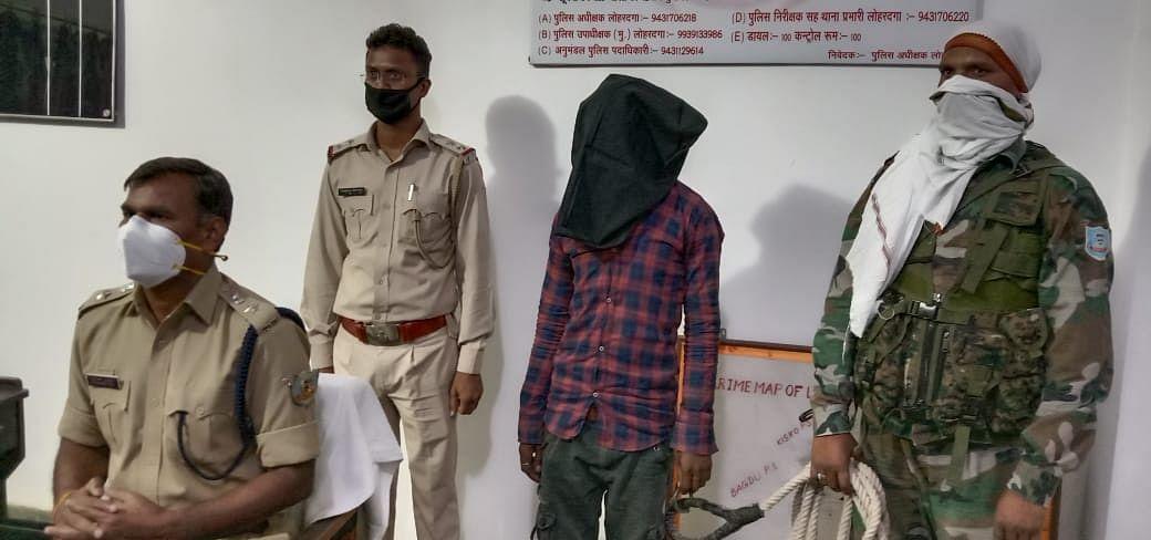 लोहरदगा में मोबाइल दुकान में चोरी करने वाला आरोपी धराया
