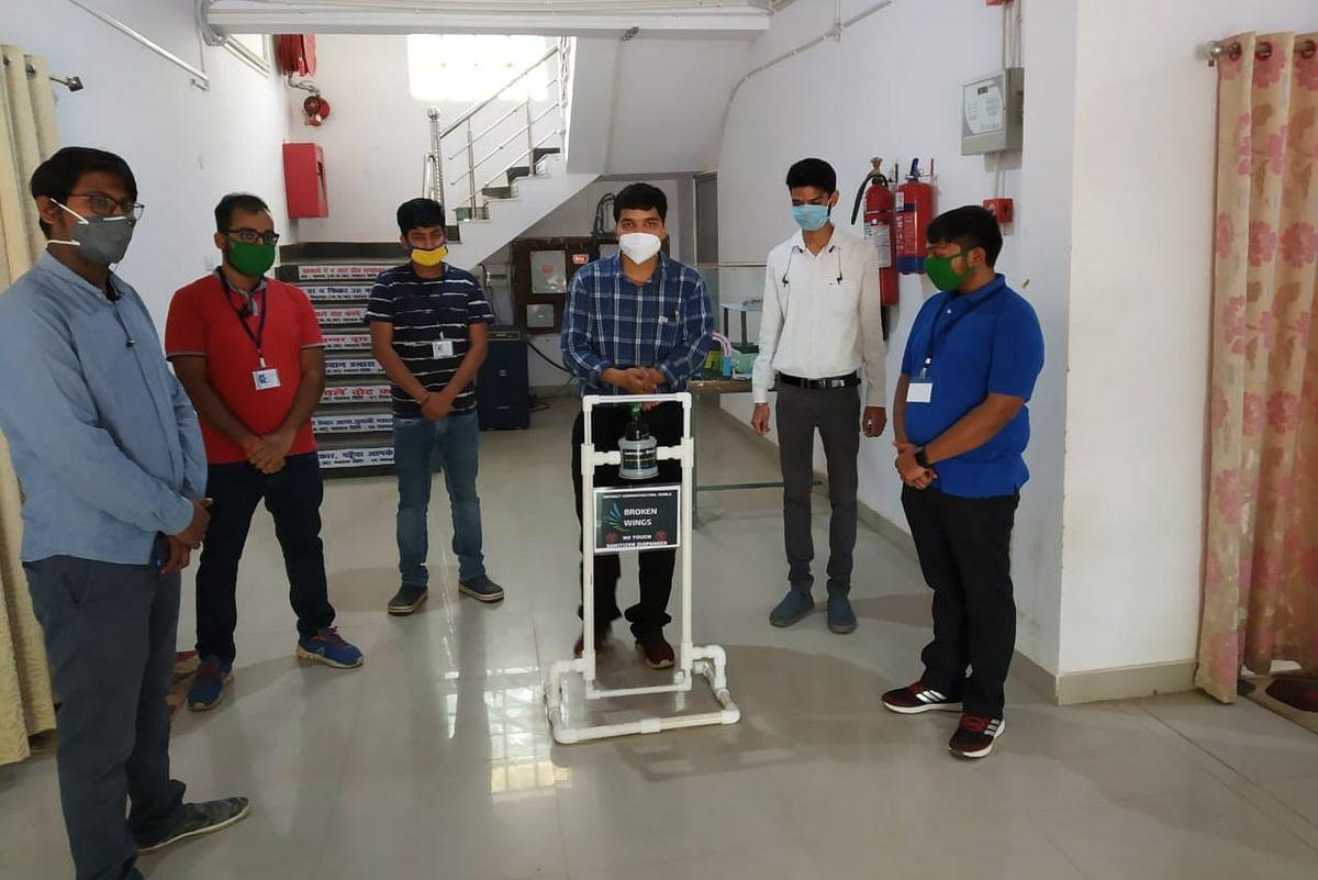 पांच दोस्तों ने मिलकर बनाया ऑटोमेटिक सैनिटाइजर डिस्पेंसर मशीन, प्रशासन को सौंपा