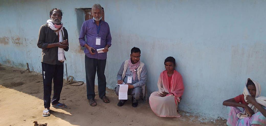 आईजी नवीन कुमार ने गांव के लोगों से की पूछताछ.