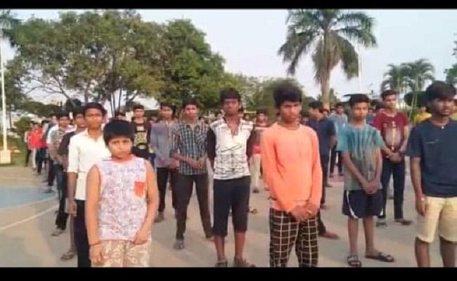 LOCKDOWN 2.0 : आंध्रप्रदेश के विजयवाड़ा में फंसे बिहार के स्कूली बच्चों ने CM नीतीश से लगायी गुहार, VIDEO तेजी से वायरल