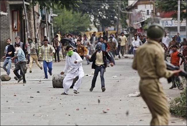 Kashmir News : आखिर कहां गये कश्मीर के पत्थरबाज ? अलगाववादी नेता शब्बीर शाह की पत्नी पर ED ने की ये कार्रवाई