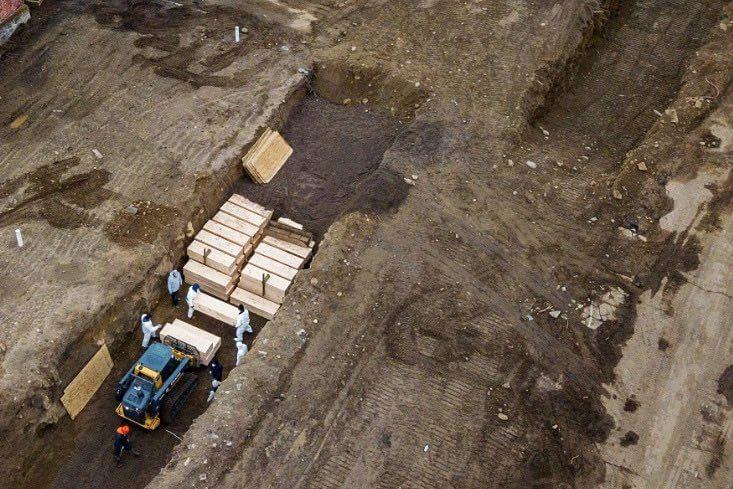 कोरोना : न्यूयॉर्क में इतनी मौतें कि कब्र खोदने के लिए लगायी गयीं मशीनें