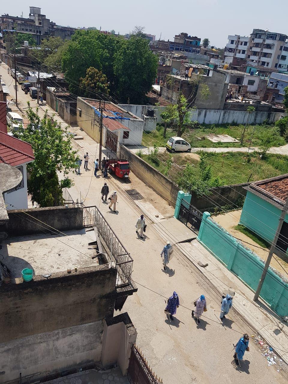 रांची के हिंदपीढ़ी इलाके में स्वास्थ्य कर्मी और प्रशासन को छोड़कर सभी लोग अपने अपने घर में दुबके हुए हैं
