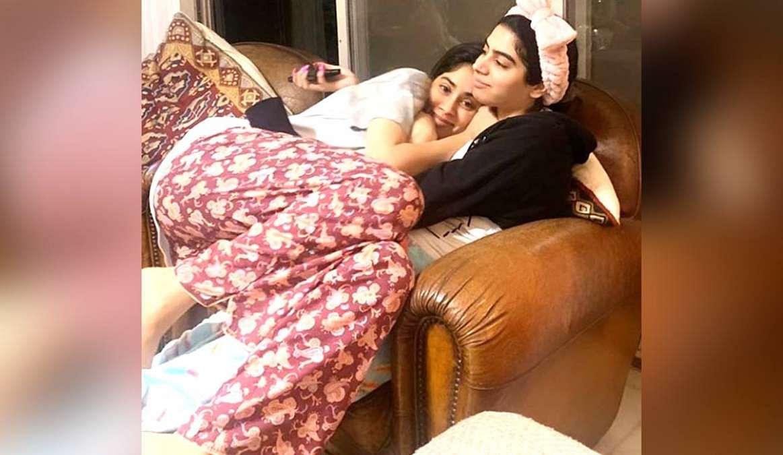 इस तसवीर में जाह्नवी खुशी की गोद में बैठी हैं और मुस्कुरा रही है. दोनों बहनों को मस्ती करते हुए अक्सर देखा जाता है.