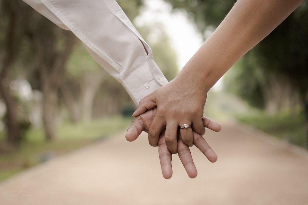 मेरा हाथ थामे चलना तुम (कविता)