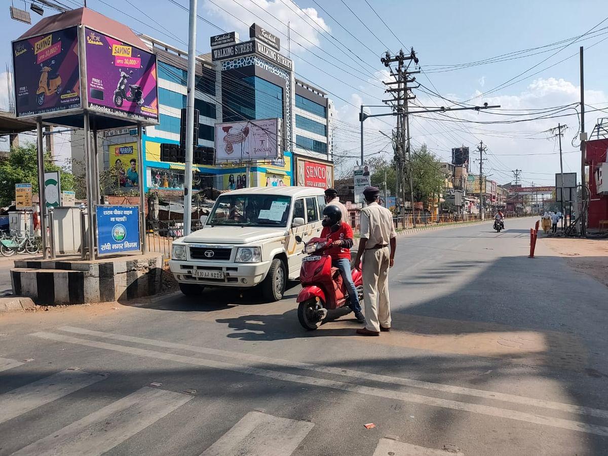 झारखंड के हर इलाके में चप्पे चप्पे पर पुलिस बल मौजूद हैं और बेहद मुस्तैदी से अपना काम कर रहे हैं.
