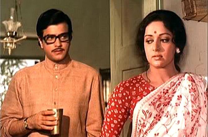 तभी जितेंद्र की गर्लफ्रेंड शोभा सिप्पी अपने परिवारवालों के साथ मद्रास पहुंच गईं और उनकी शादी की बात बीच में ही अटक गई. वहीं कुछ लोग कहते हैं कि हेमा मालिनी शादी से अंतिम समय पर पीछे हट गईं. बाद में हेमा मालिनी ने धर्मेन्द्र से शादी कर ली और 1974 में जितेंद्र भी शोभा के साथ शादी के बंधन में बंध गए.
