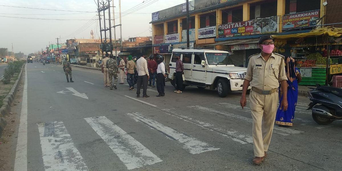 रातू में लॉकडाउन का सख्ती से पालन करा रही पुलिस.