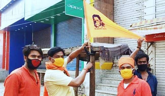 नालंदा में बजरंग दल ने दुकानों पर लगाये भगवा ध्वज, हिंदू दुकानों से सामान खरीदने का हिंदुओं से किया आग्रह, बीडीओ ने दर्ज करायी प्राथमिकी