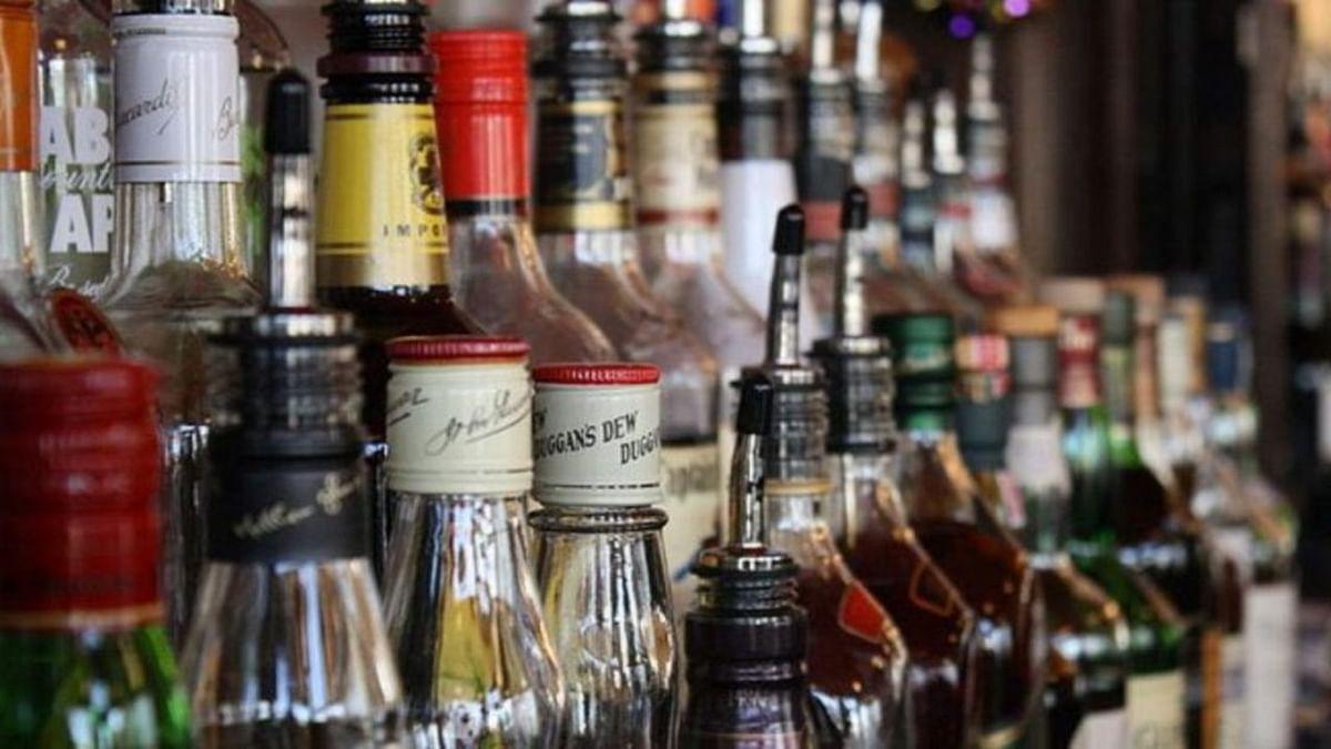 Wine Shop Open in UP: य़ूपी के कई जिलों में खुली शराब की दुकानें, इन करोना प्रोटोकॉल का करना होगा पालन