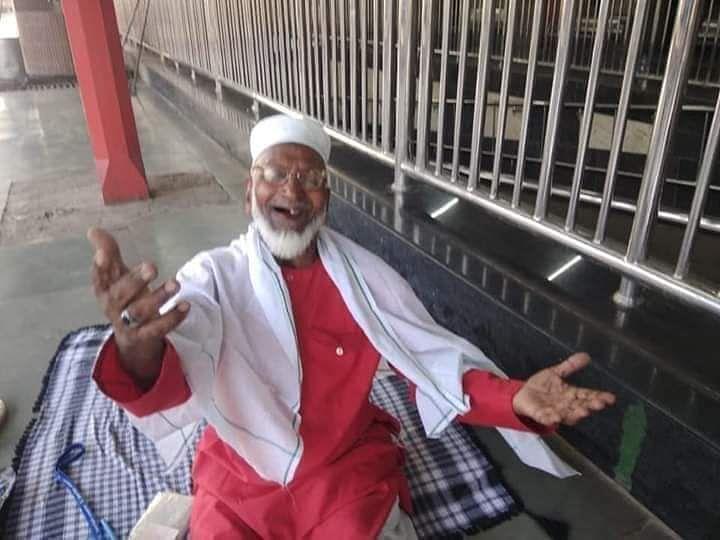 चारबाग स्टेशन के 80 वर्षीय कुली मुजीबुल्लाह कोरोना संकट में बने हैं इंसानियत की मिसाल