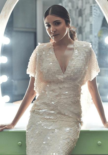 फिल्म एक्ट्रेस अनुष्का शर्मा अपने लुक्स पर बहुत ध्यान देती हैं. इसके चलते वह बहुत खूबसूरत लगती हैं.