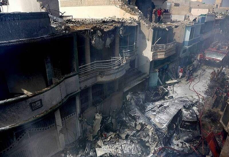 कराची विमान हादसा : 97 की हुई मौत, दो लोग चमत्कारिक ढंग से जिंदा बचे