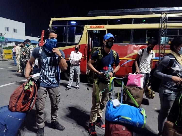 राजस्थान से 1100 से अधिक मजदूर व तीर्थयात्री विशेष ट्रेन से पहुंचे कोलकाता, फूलों से हुआ स्वागत