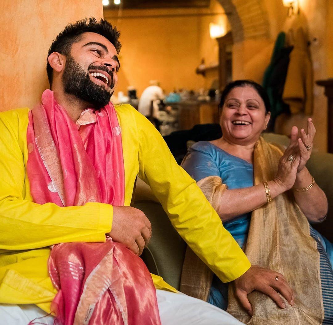 भारतीय टीम के कप्तान विराट कोहली का मां   के साथ तालमेल देखते ही बनता है, कभी कोहली मां के साथ किचन के किंग बन जाते हैं तो कभी मां को के साथ उनकी खुशी में शामिल होकर खुशियां मनाते हैं, विराट कोहली को आगे बढ़ाने में मां  का बहुत योगदान है. क्योंकि जब उनके पिता जी का देहांत हुआ था उस वक्त वो टीम में पदार्पण भी नहीं किए थे, तब उनकी मां ने उनका बहुत साथ दिया था  इस बात का खुलसा वो कई बार इंटरव्यू में भी कर चुके हैं.