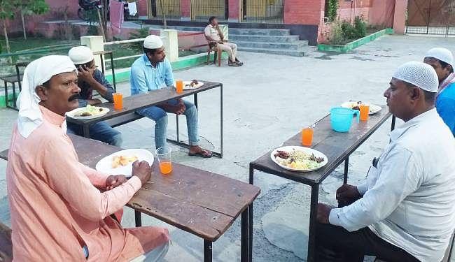मुजफ्फरपुर के कांटी क्वॉरेंटिन कैंप में इफ्तार करते रोजेदार