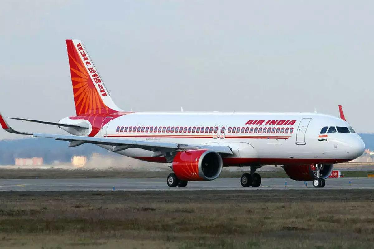 एयर इंडिया को उड़ान बंद करने की धमकी, पायलट बोले- स्वास्थ्यकर्मी कर रहे हैं दुर्व्यवहार