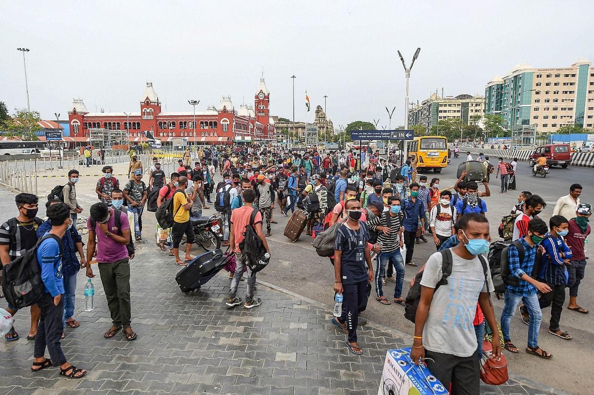 श्रमिक स्पेशल ट्रेनें चलने के बावजूद कई लोग पैदल चलने को हैं मजबूर, तस्वीरों को देख कर समझे दर्द