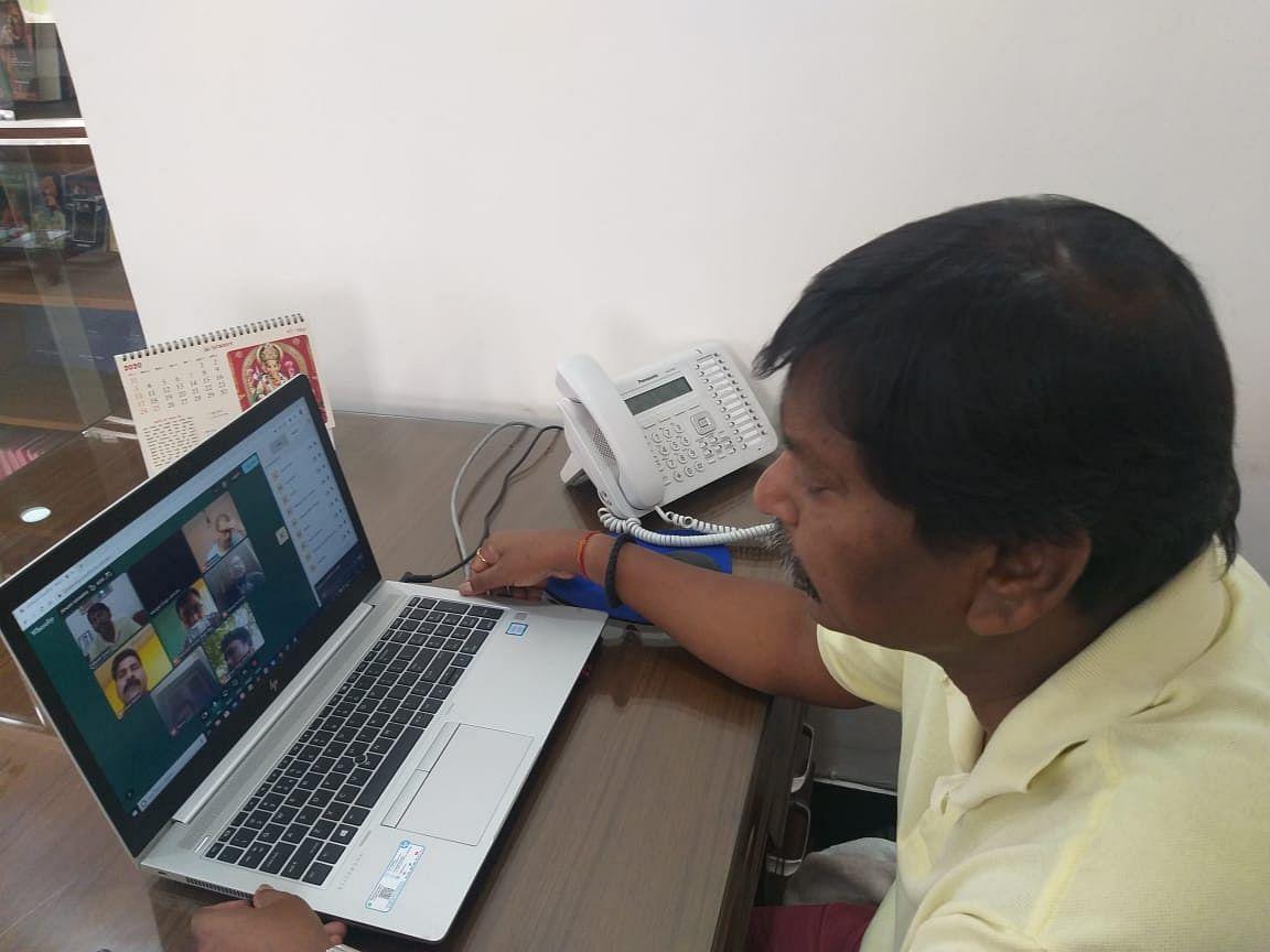 केंद्रीय मंत्री अर्जुन मुंडा ने नई दिल्ली में वीडियो कॉन्फ्रेंसिंग से खरसावां के बीजेपी नेताओं से किया संवाद, कहा- अपना खेत-अपना पानी सिद्धांत पर दें जोर