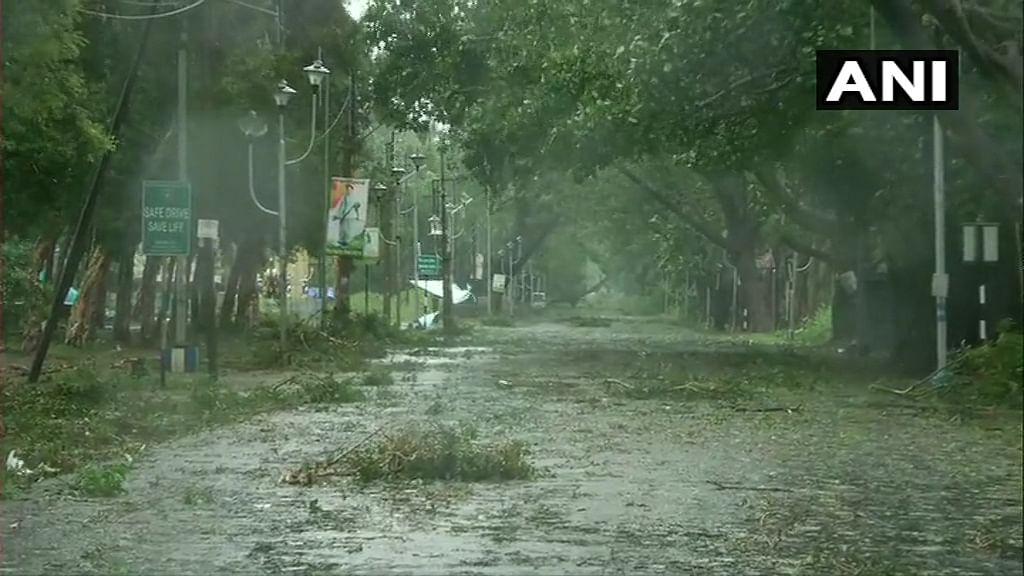 देश के लोग कोरोना महामारी से अभी ठीक से उबर भी नहीं पाए थे कि एक और भयावह चक्रवती तूफान ने तबाही मचा दिया. इस तूफान की वजह से कई लोगों ने अपनी जान गंवा दी तो कई लोगों के घर उजड़ गए. बंगाल में ही 72 लोगों के मौत की खबर सामने आयी है. इससे लेकर वहीं की सरकार ने केंद्र सरकार से मदद मांगी है. कई जगहों पर बिजली की तार टूट चुकी है. वहीं ओडिशा में भी इस भयानक तूफान की वजह से लोगों को काफी नुकसान पहुंचा है.