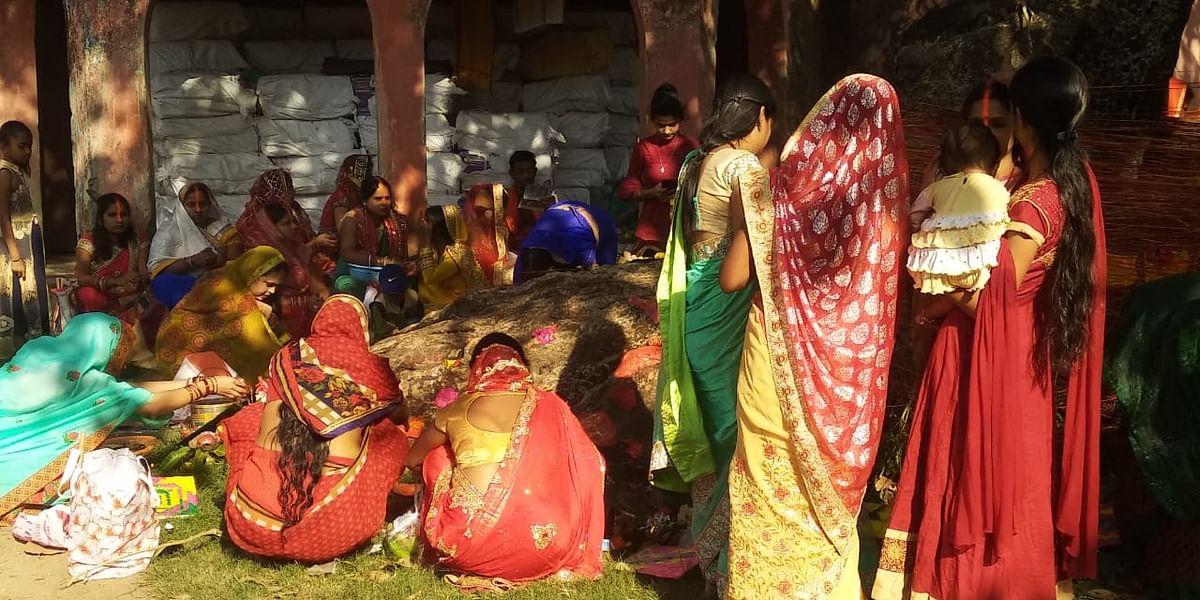 रांची के रातू में वट सावित्री की पूजा करती महिलाएं.