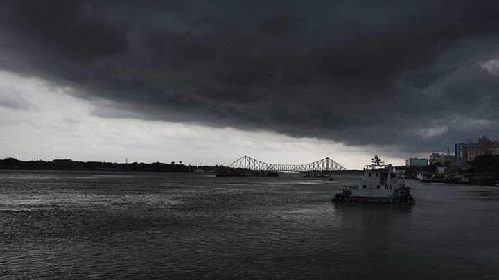 इस तूफान की वजह से कोलकाता के हावड़ा में दिन में ही अंधेरा छा गया. और वहां पर चलने वाली जहाज को इस वजह से रोक दिया गया.