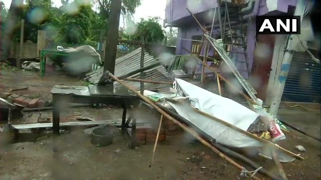 कई लोगों के घर भी इस वजह से टूट चुके हैं. बता दें इससे पहले 1999 में कोई सुपर साइक्लोन ओडिशा के तट से टकराया था जिसमें करीब दस हजार लोगों की जान चली गई थी. हांलाकि सरकार ने इस दिशा में तत्काल कार्रवाई करते हुए NDRF की टीम को तैनात कर दिया है. बंगाल के 24 नॉर्थ परगना में 5500 मकानों को इस तूफान ने तहस-नहस कर दिया