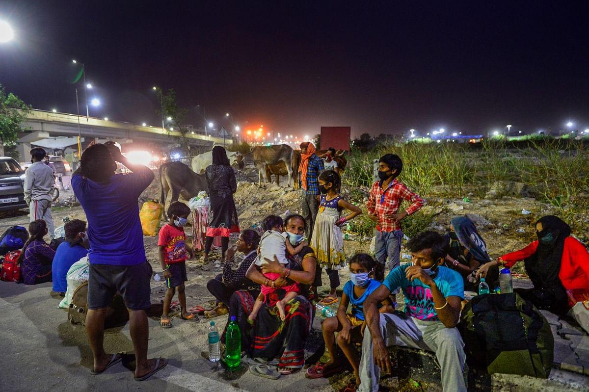 जब रात हो जाती कई तो कई मजदूर कुछ इस तरह सड़क के किनारे रात बिताते हैं.