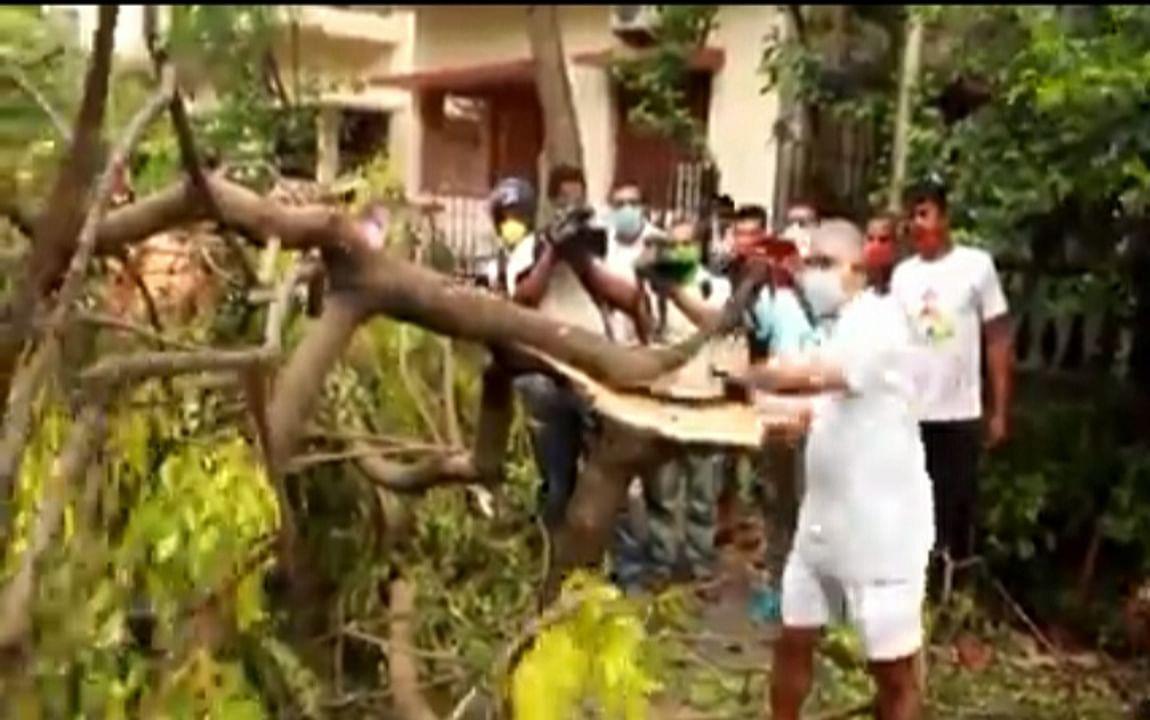 चक्रवात प्रभावित क्षेत्रों में प्रदेश भाजपा अध्यक्ष ने खुद ही काटा पेड़, साफ की सड़कें
