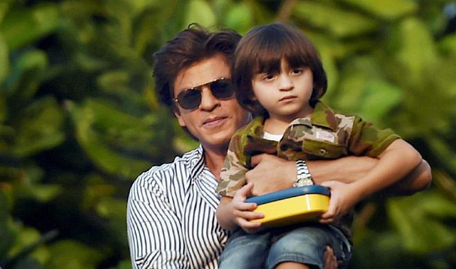 शाहरुख खान की कार्बन कॉपी हैं अबराम, देखें दोनों की साथ में तसवीरें